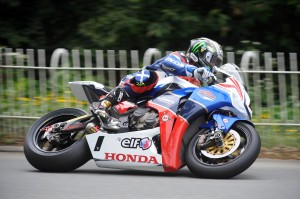 John McGuinness vence Superbikes TT 2011